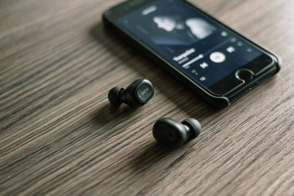Top Bluetooth Earphones For Your Mobile Phone Gadget Cover